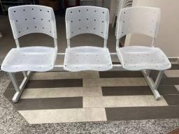 Título do anúncio: Cadeiras longarina plásticas de 3 lugares