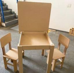Mesinha infantil com duas cadeiras