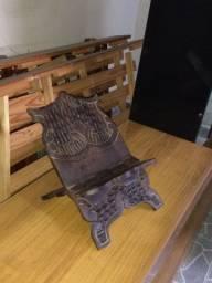 Suporte de bíblia em madeira pura.