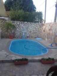 Aluga-se casa com piscina em rua pública