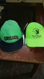 Dois chapéus um cap e um chapéu da chapada diamantina
