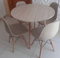 Conjunto de mesa Eiffel com 4 cadeiras. Entrega grátis em toda Macaé.