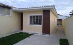 Ótima casa de 2 Qts, c/ Suíte e área de Churrasqueira. Bem localizada. Condução na porta.