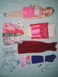 Barbie com roupas sapatos e acessórios
