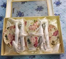 Jogo de duas xícaras roses em porcelana para chá com pires e colheres