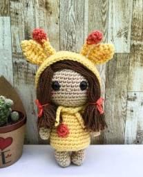Boneca com capuz de girafa em Amigurumi