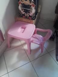 Mesa rosa com 1 cadeira
