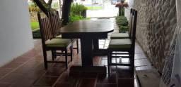 Mesa de Madeira, com 4 cadeiras.