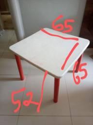 Mesa infantil com pés removíveis