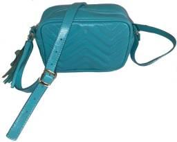 bolsa feminina azul em couro com alça tiracolo e detalhe de metalassê em zig zag