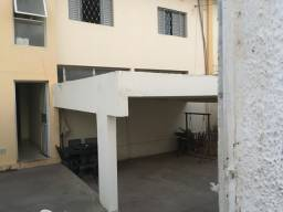 Apartamento no térreo de 2 q e 1  vaga na garagem