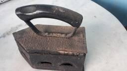 Ferro antigo de passar roupa à brasa decoração