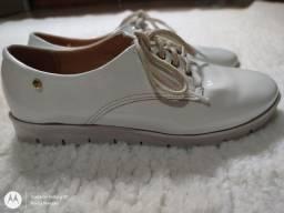 Título do anúncio: Sapato branco, marca sublime, com cadarço, de verniz, número 35.
