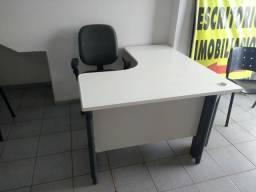 Quatro mesas com as cadeiras