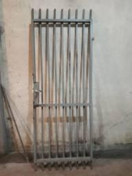 Portão de ferro com batentes