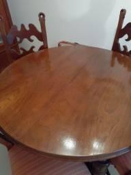 Mesa com quatro cadeiras.