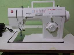 Máquina de costura Singer Facilita vem com a mesa em Nilópolis