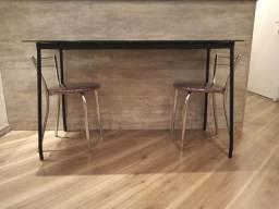 Mesa de jantar com 2 bancos