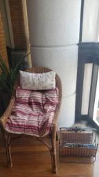 Conjunto Cadeira de rattan com 2 Almofadas e Porta Revistas de rattan