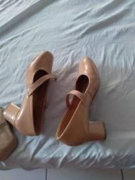 Um lindo sapatinho tamanho 35