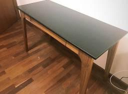 Escrivaninha industrial de madeira e tampo preto