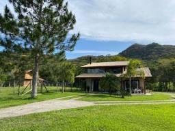 Vende-se uma belíssima casa de alto padrão em Garopaba, com 190m2, na Encantada, 2 dormitó