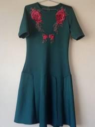 Vestido verde malha montaria com aplicação.