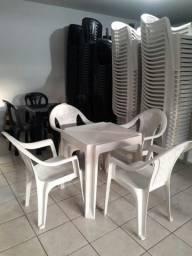 Mesas e cadeiras poutronas