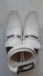 Original sapato italiano branco junto com o cinturão