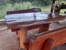 mesa rústica com os bancos por encomenda