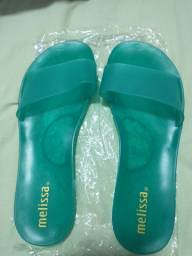 1 sandália Santa Lolla verde 39 e outra a sandália Melissa verde 39
