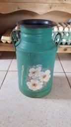 Antigo galão de leite de 15 litros