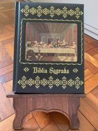 Bíblia Sagrada com suporte em madeira