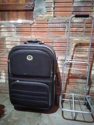 Mala e carrinho de carregar bagagem