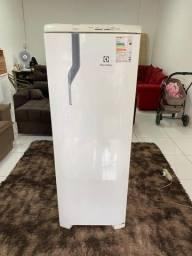 Título do anúncio: Vendo geladeira Electrolux 300 litros funcionando perfeitamente Entrego