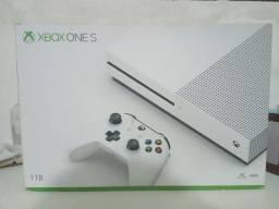 Xbox One S 1 TB com Controle e 1 jogo. (Posso negociar o preço)