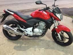 Moto Honda CB 300R Vermelha