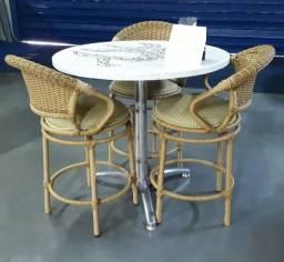 Conjunto mesa e banquetas giratórias