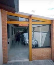 O construtor pedreiro fino acabamento carpinteiro telhados