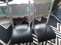 Mesa de 6 cadeiras, mas com apenas 4 cadeiras.