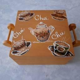 Caixa porta chá de madeira artesanal. Decorada a mão.