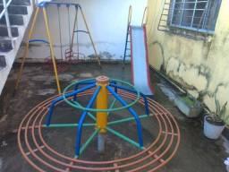 Playground com escorrego, balanço e gira gira