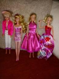Título do anúncio: Kit com 4 Barbie leia a descrição