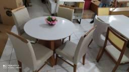 Mesa nova com cadeiras de madeira