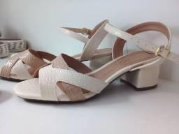 Linda sandália de salto bloco