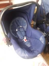 Carrinho com bebê conforto.