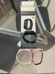 Xiaomi Mi Band 4 na caixa e três pulseiras.