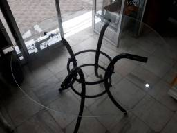 Pe de mesa com tampo de vidro
