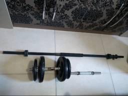 Barras e anilhas para musculação