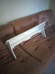 Prateleira de madeira branca para quarto